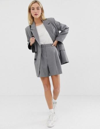 Grijze short suit met witte strepen
