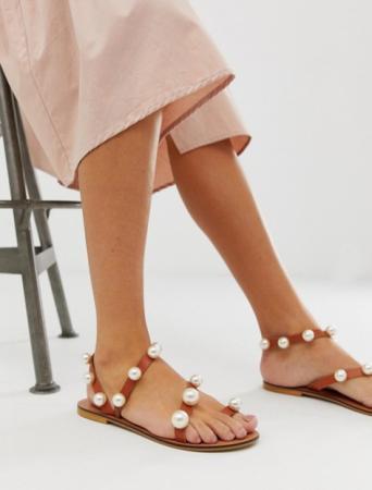 Cognackleurige leren sandalen met parels