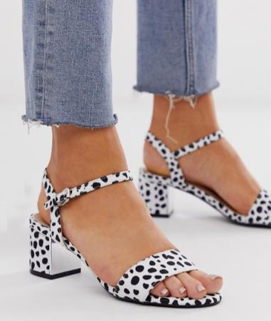 Witte sandalen met lage blokhak en zwarte spikkels