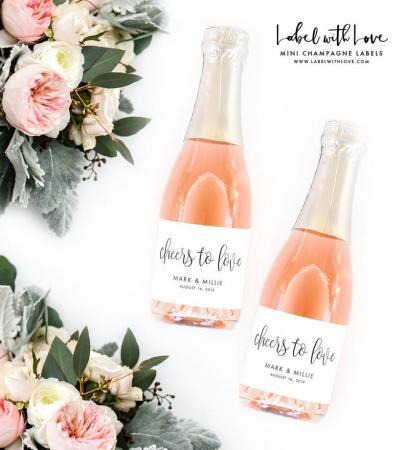 Gepersonaliseerde flessenstickers met opschrift 'Cheers to love'