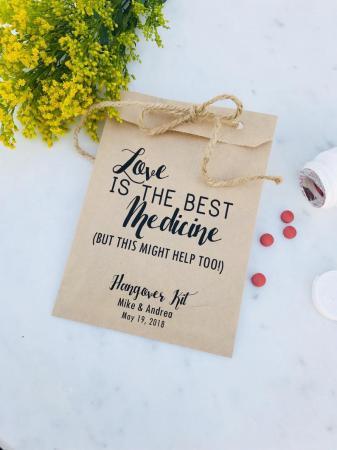 Gepersonaliseerde hangover kits met opschrift 'Love is the best medicine (but this might help too)'
