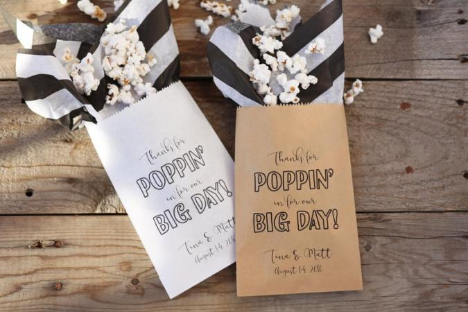 Papieren popcornzakjes met opschrift 'Thanks for popping in for our big day!'