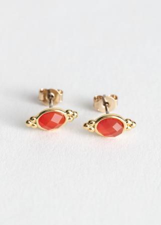 Goudkleurige studs met rode steentjes