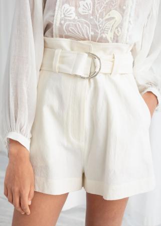 Witte short in linnen met riem