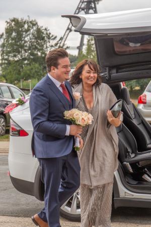De bruidegom met z'n moeder