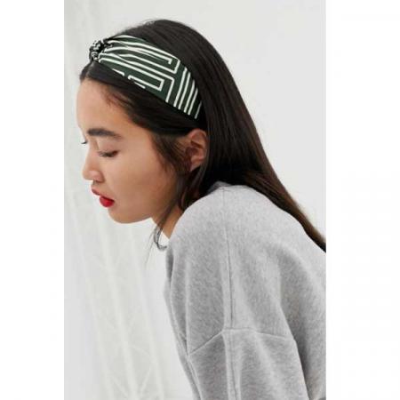 Groene haarband met wit accent