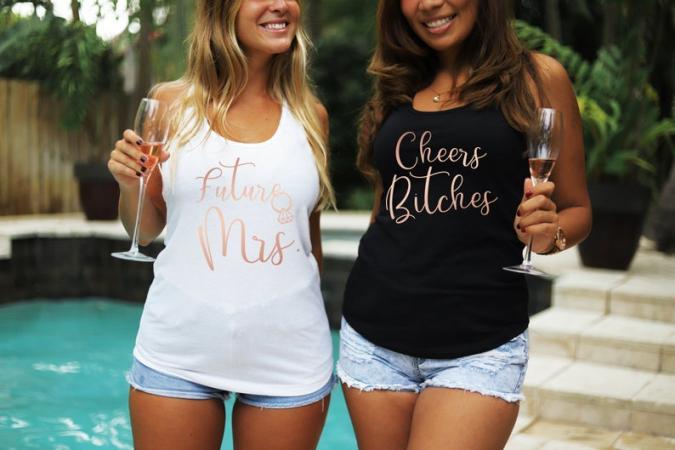 Topjes met opschriften 'Future Mrs.' en 'Cheers bitches'