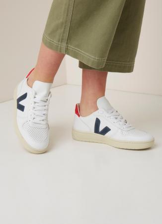 De witte sneakers