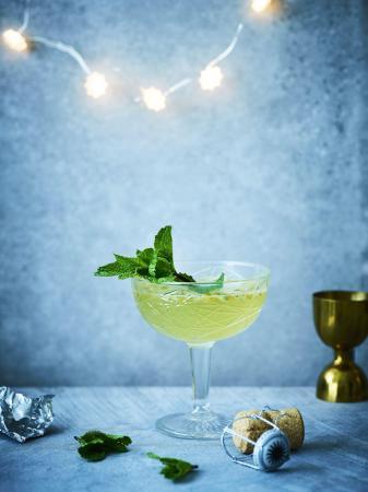 Cocktail met cava, passievrucht en munt