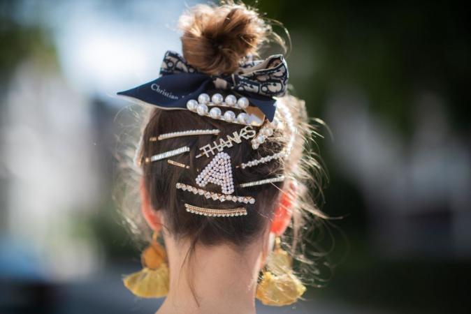 Hoge dot met strik en een mix van haarspeldjes