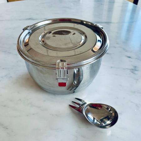 Un bol en inox pour emporter vos salades