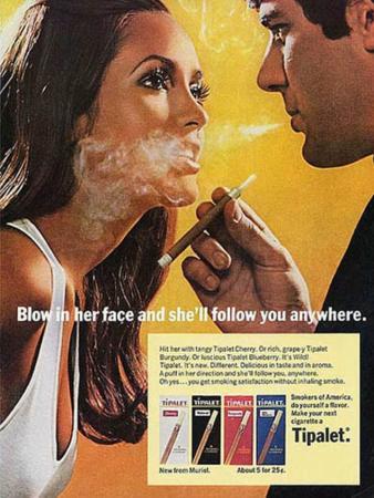 Vertaling: 'Blaas in haar gezicht en ze volgt je overal.' Een heel oude, vrouwonvriendelijke reclameboodschap voor het sigarettenmerk Tipalet. Een mooi voorbeeld van seksisme uit de jaren 50.