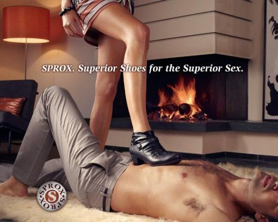 'Geweldige schoenen voor geweldige seks', voor het schoenenmerk Sprox. Een man die onder de sloef ligt… Wel, wel!