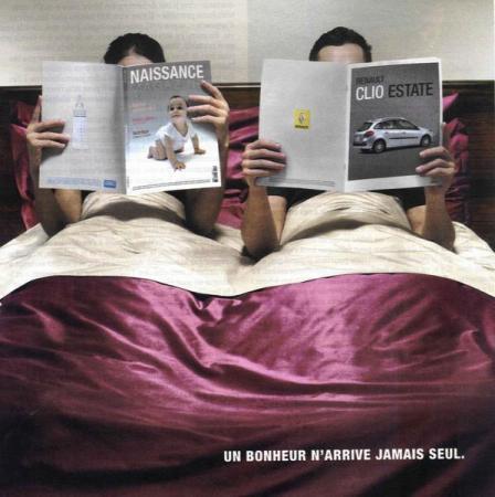 Een heel duidelijke reclame voor Renault Clio. Als vrouwen niet aan het poetsen zijn, lezen ze uiteraard boekjes over baby's. Not!