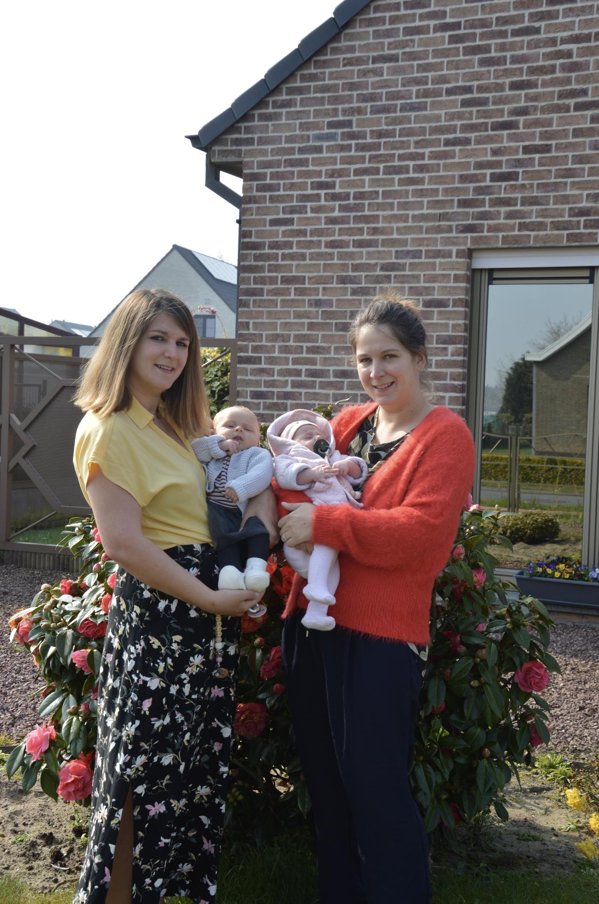 Les soeurs jumelles et leurs bébés