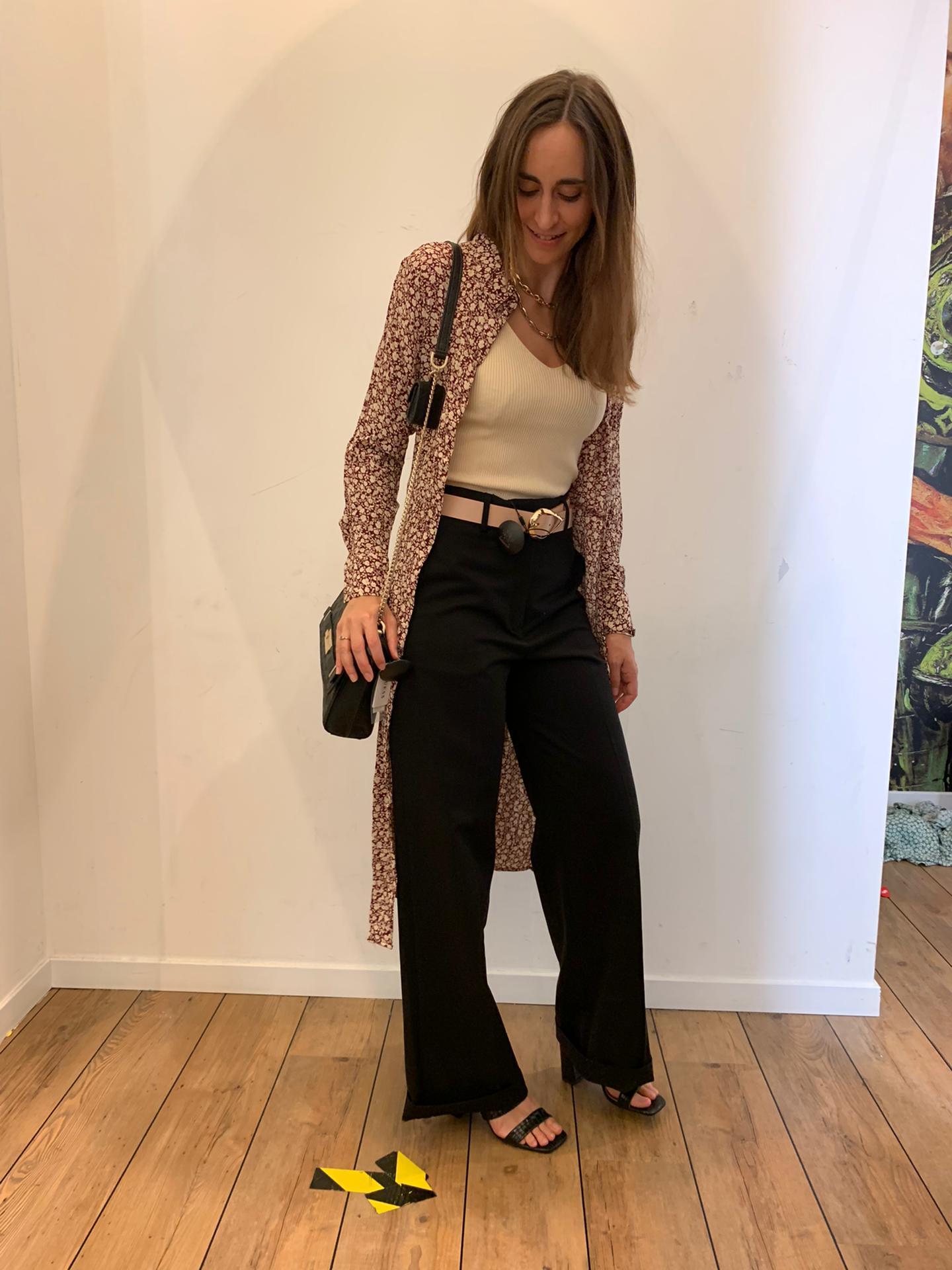 Un pantalon taille haute + un top + une robe ouverte