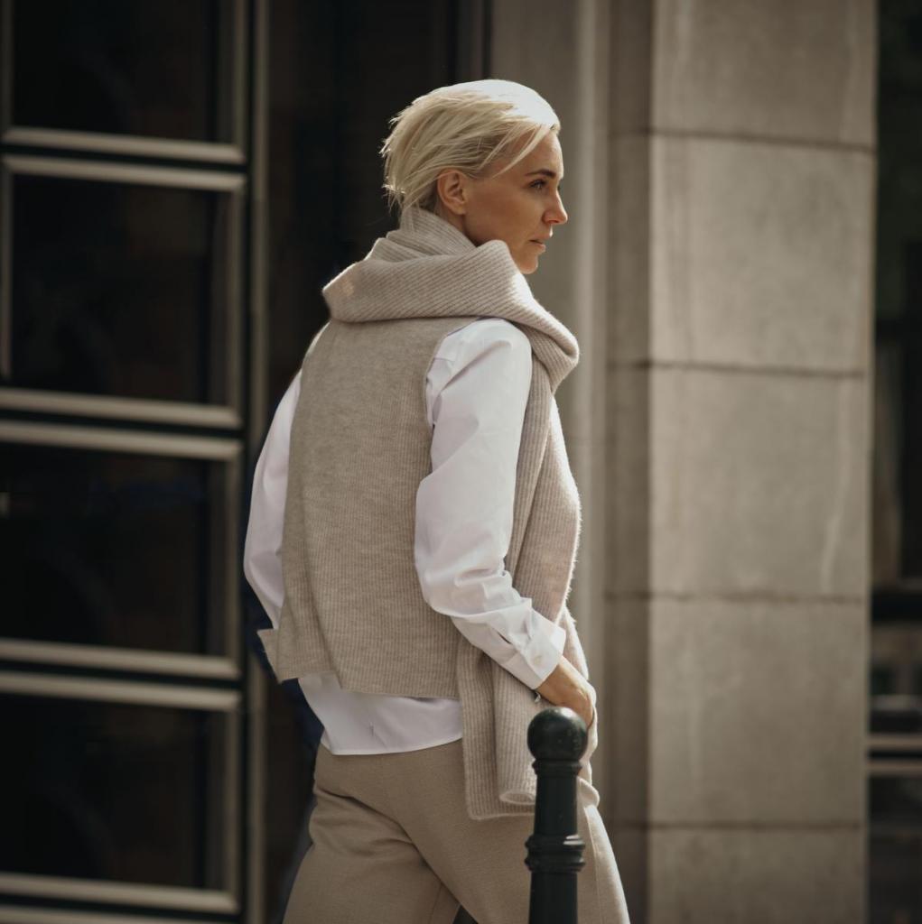 Losjes en toch kantoorproof: beige pantalon (139,90 euro), wit hemd (119,90 euro) en beige debardeur (129,90 euro) en sjaal (79,90 euro), uit de capsulecollectie van Hannelore Knuts voor Terre Bleue.