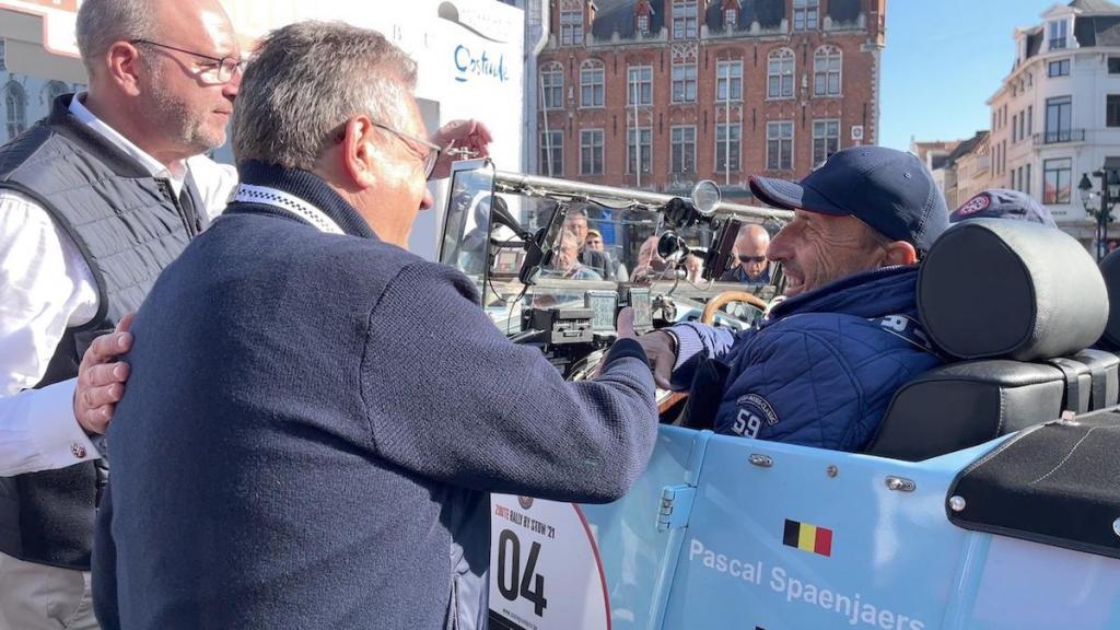 De oldtimers deden ook Brugge aan en werden er verwelkomd door burgemeester De fauw.