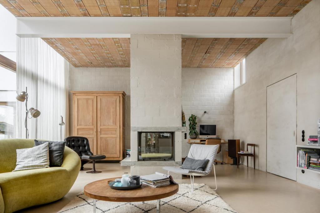 Via connecties of inspirerende trouvailles hebben de bewoners een eclectische mix aan stoelen in huis, met onder meer Van Severen en een originele Georges van Rijck gemaakt in opdracht voor Beaufort.