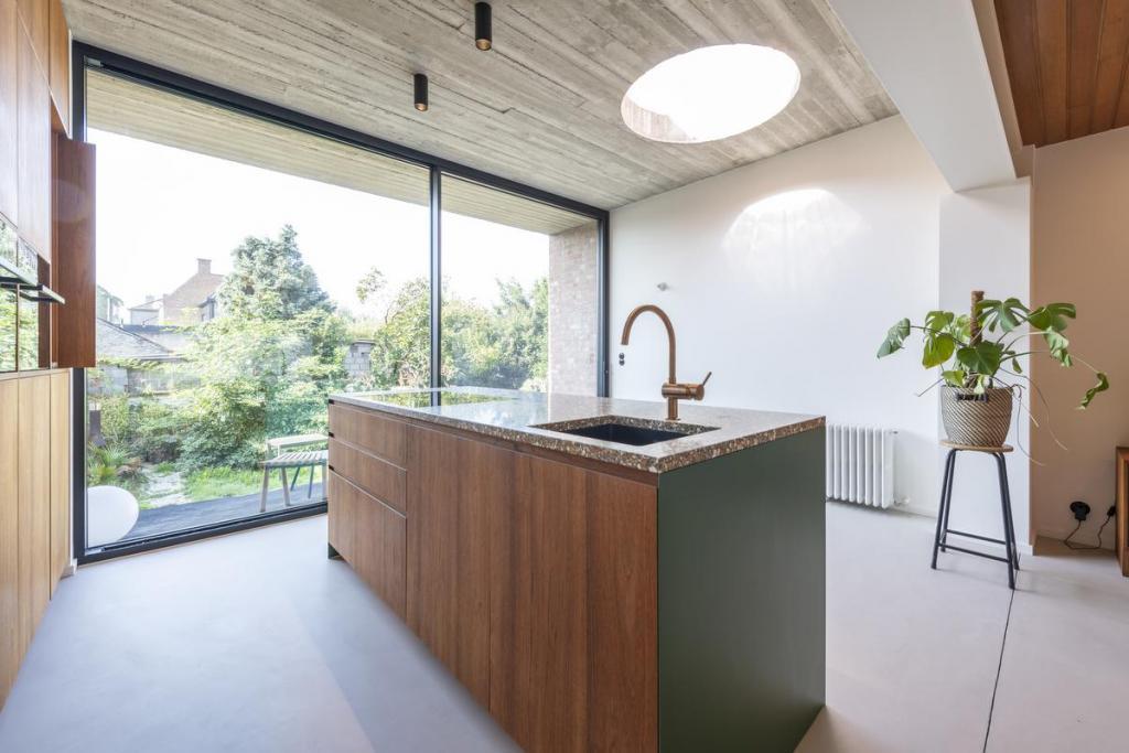 De keuken kreeg een terrazzo werkblad en speelse roze en groene accenten.