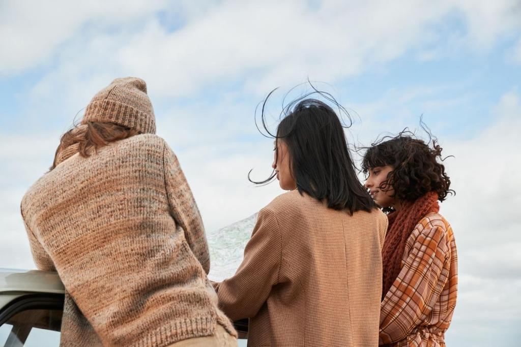 Outfits in warme kleuren: trui (169 euro), muts (49 euro), blazer (249 euro), jurk (289 euro) en sjaal (79 euro), van Her.