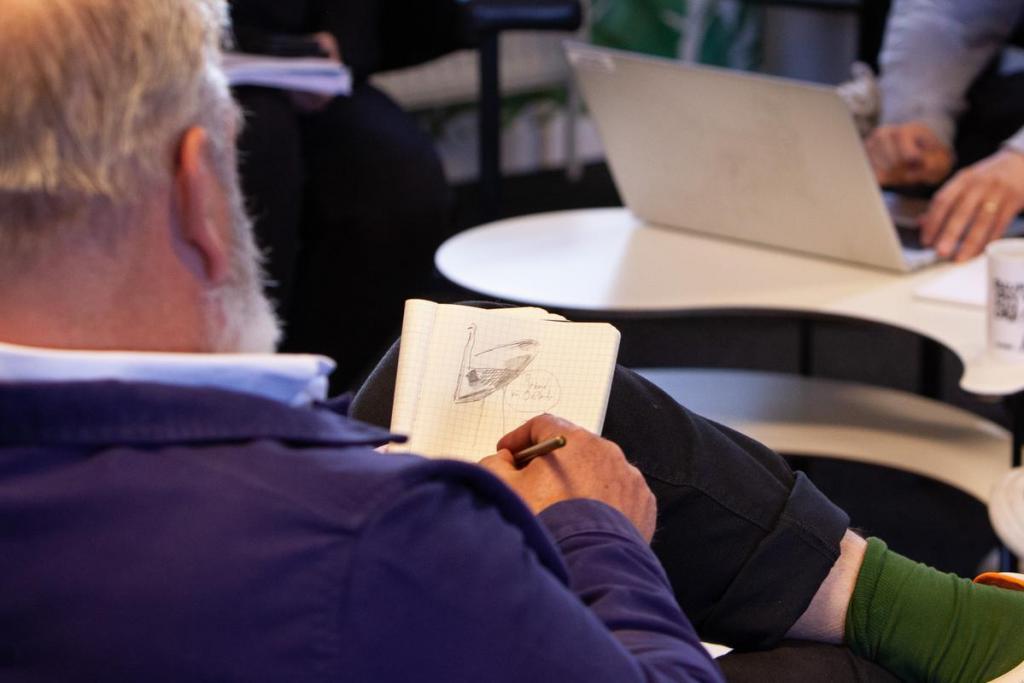 Wim is ook een begenadigd tekenaar. De indrukken die de komende dagen op hem afkomen, zet hij om in tekeningen die de rode draad zullen vormen in 'De Krant van Wim'.