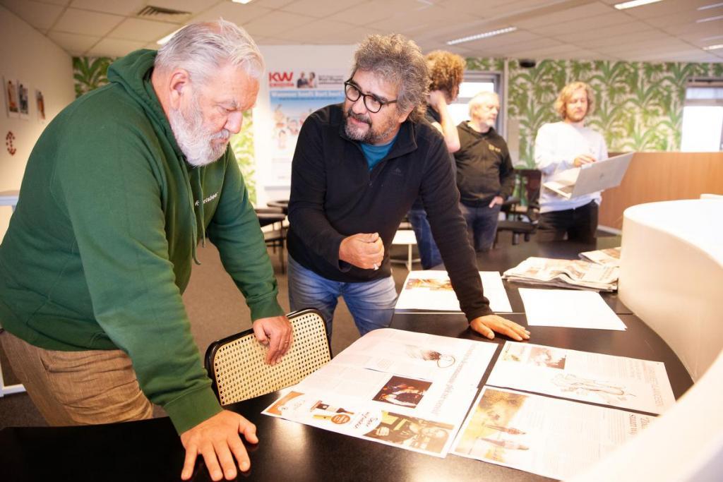 Dinsdagmorgen. Art director Arnaudt toont de eerste pagina's van de krant.