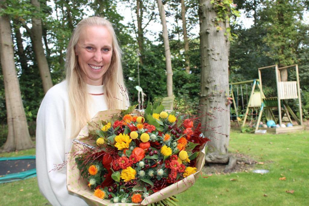 """Dinsdag. Bellegem. Een bloemetje voor de jarige Ann Wauters. """"Een topmadam,"""" aldus onze hoofdredacteur. Lees haar verhaal in 'De Krant van Wim' van nu vrijdag 15 oktober."""