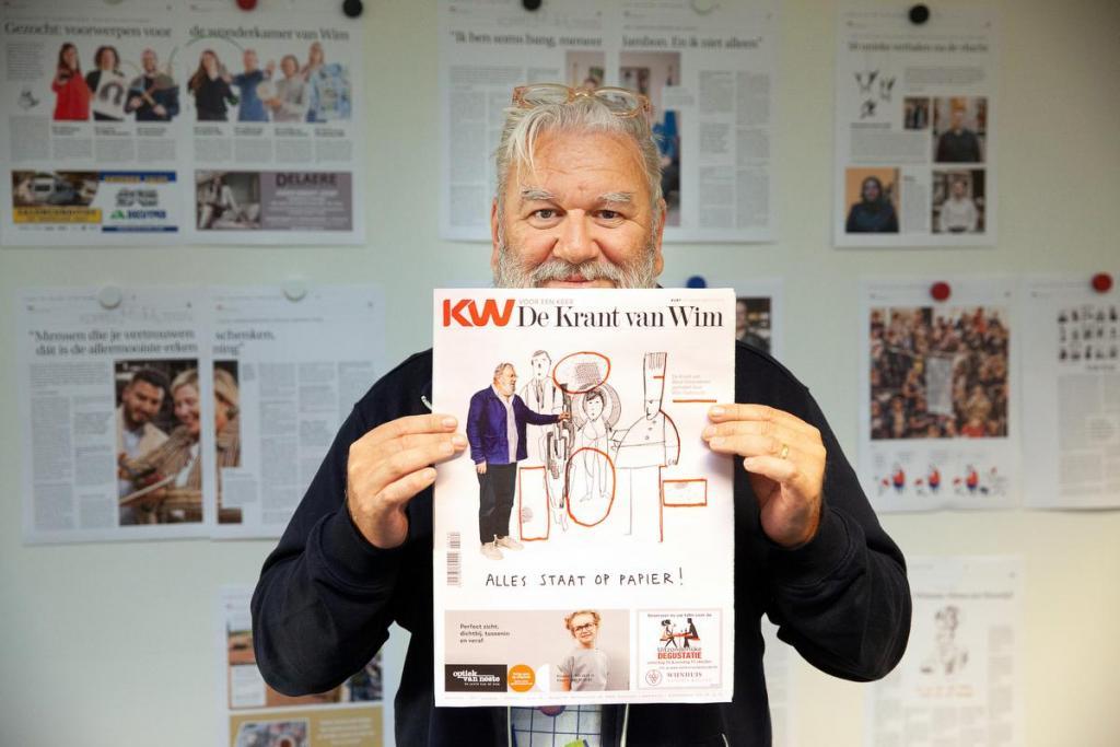 Deadline gehaald. Hoofdredacteur Wim poseert trots met zijn krant. Ontdek De Krant van Wim vanaf vrijdag bij de krantenboer!