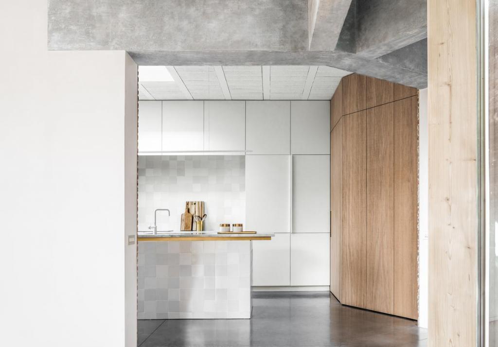 Hollandse Witjes weerkaatsen in de custom keuken mooi het licht. De ambachtelijk gebakken handvormtegels hebben een licht ongelijk oppervlak, wat elk tegeltje uniek maakt.