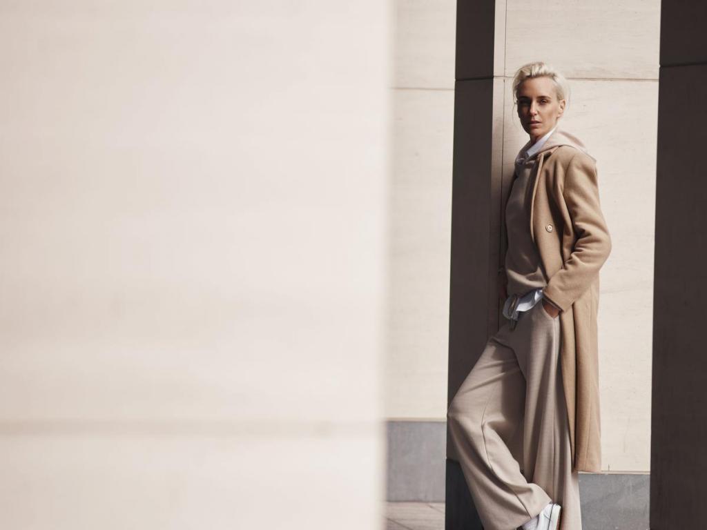 Wit hemd (119,90 euro), sweater met kap (149,90 euro), pantalon (139,90 euro) en mantel (299,90 euro), uit de capsulecollectie van Hannelore Knuts voor Terre Bleue.