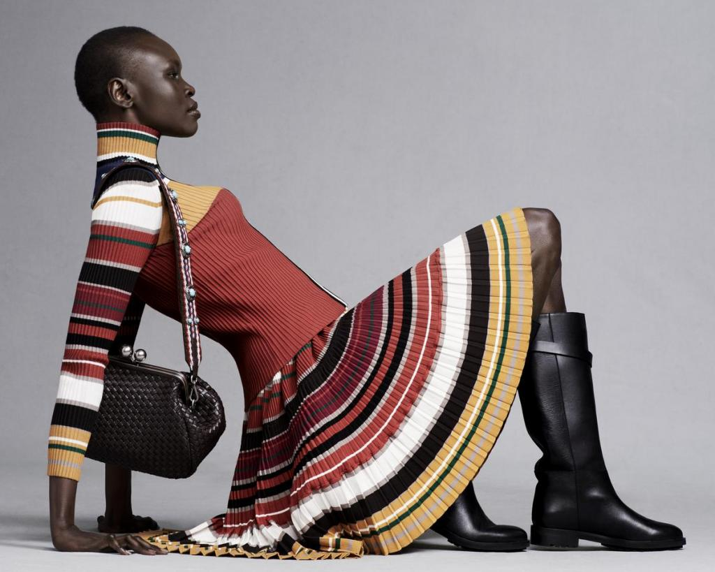Gebreide trui (225 euro) en bijhorende rok (339 euro) in een kleurig streepmotief, van Weekend MaxMara.