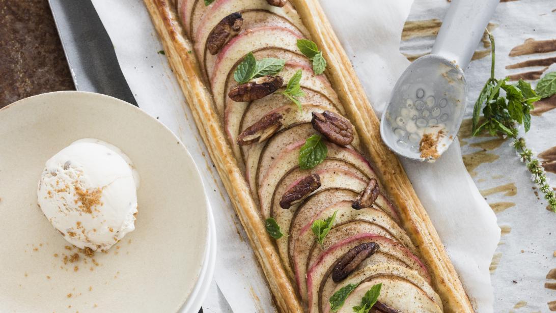 Het perfecte dessert: appel- en perentaart met ijs