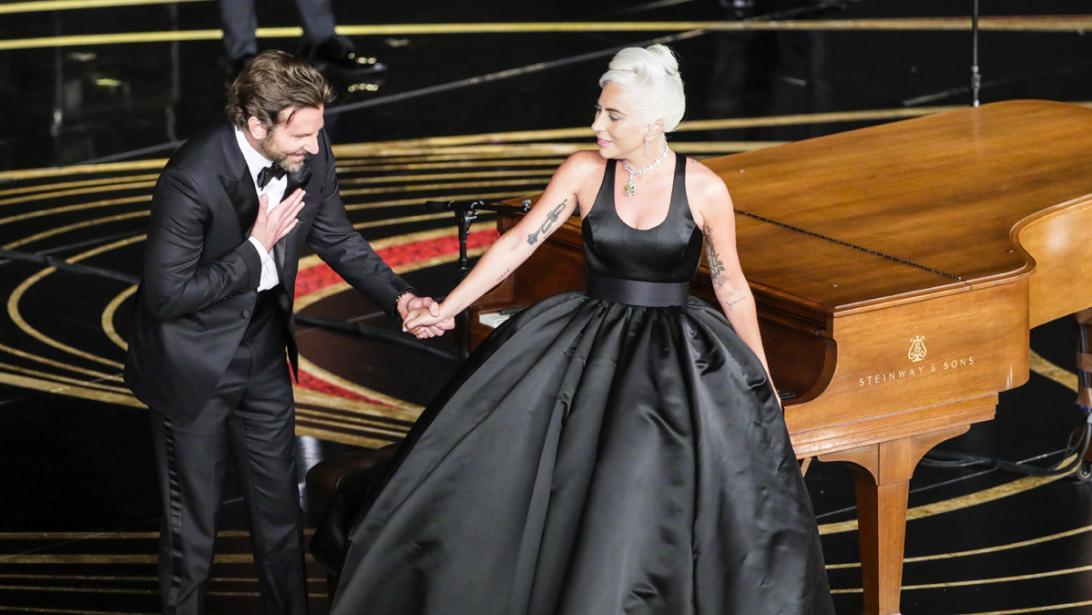 Het meest romantische moment van de Oscars: Lady Gaga en Bradley Cooper zingen samen 'Shallow'