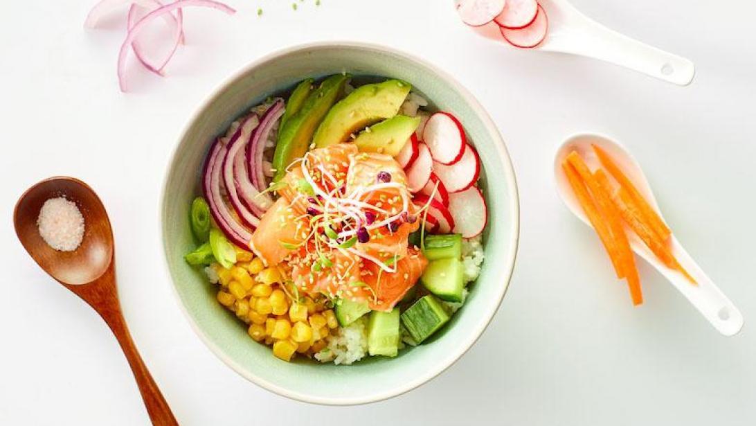 8c94dde11bc Van Poke Bowl tot sushiboot: is rauwe zalm eten eigenlijk wel gezond?