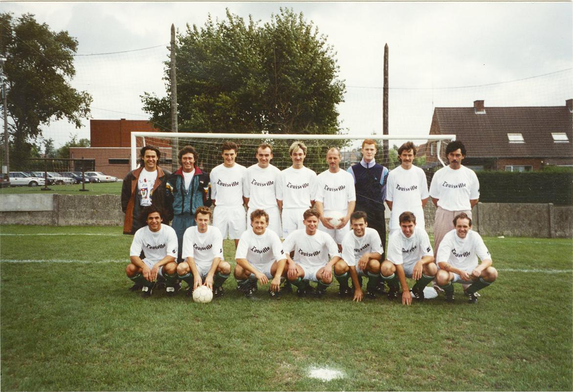 Een ploegfoto van de gloriejaren bij KFC Lendelede. Links vooraan zit Arsam Fatapour, rechts van Marc staat Thierry Desmet. Ze vormden een dodelijk duo onder de hoede van Marc.