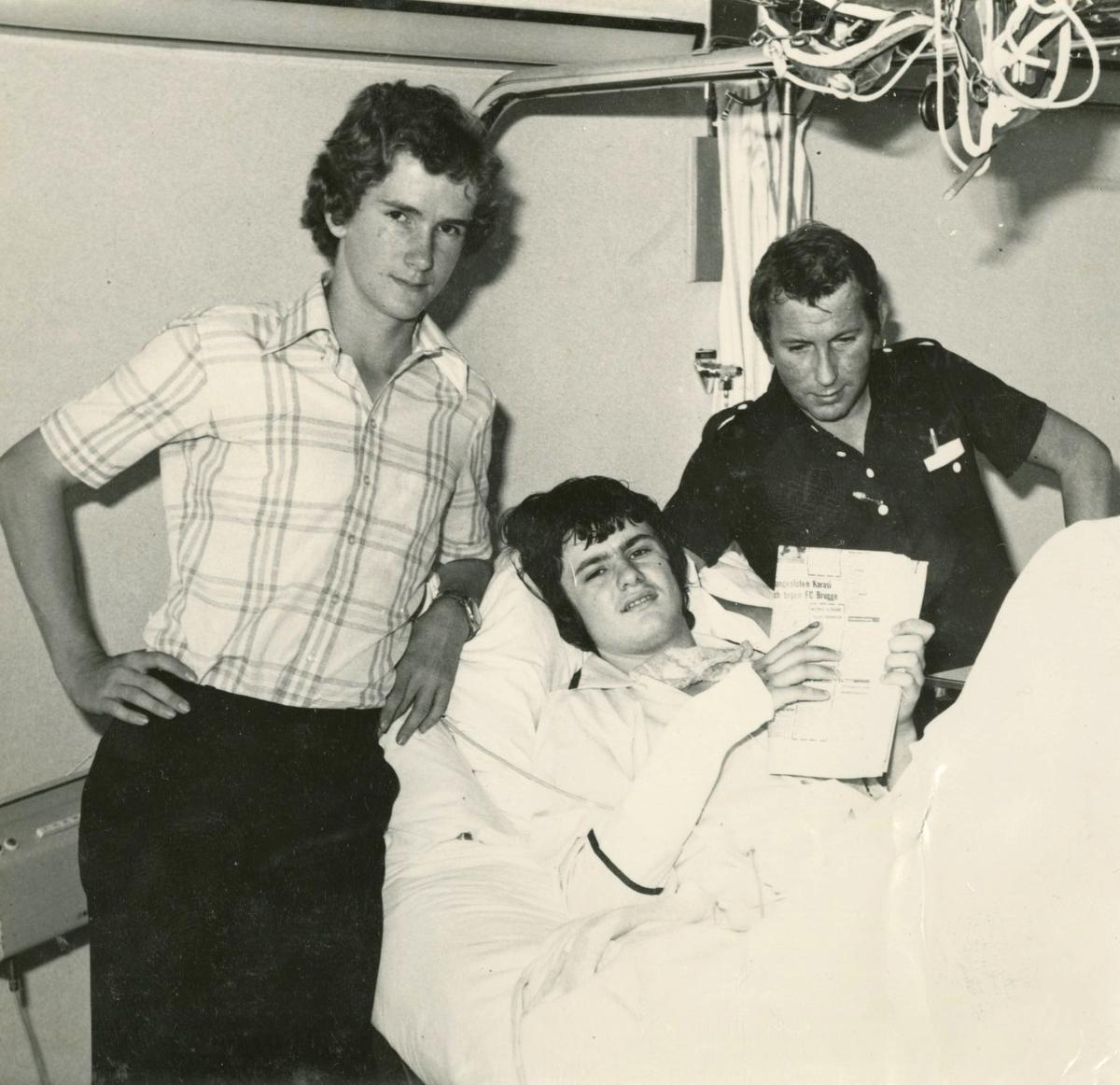 Voetbalvriend Gerry Goeminne (links) en De Weekbode-reporter Eugeen Grijspeert, alias Karl Andersen, brachten een bezoek aan het ziekenhuis toen Laurens Monteyne na een ongeval een zware beenbreuk opliep.
