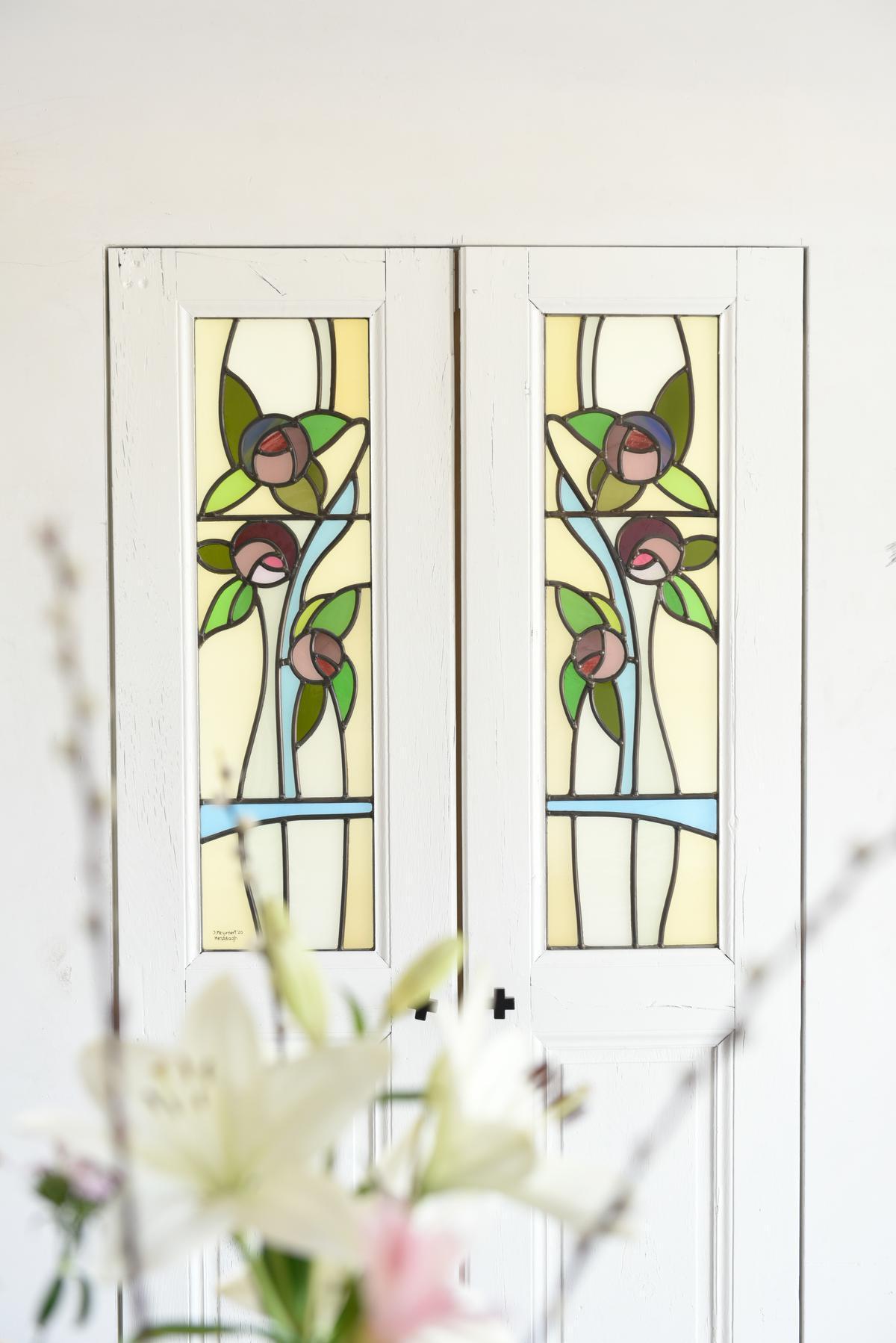 Het glas in lood in de voordeur en de kastdeuren is een eigen ontwerp van Nathalie.