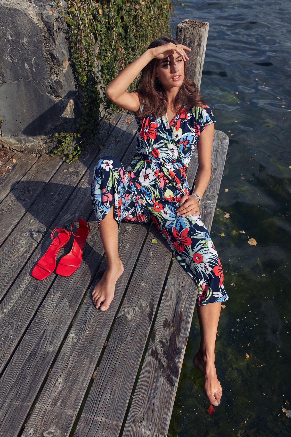 Met een jumpsuit kom je overal weg, van een tuinfeest tot een relaxte vakantie (99,99 euro), van Betty Barclay.© Betty Barclay