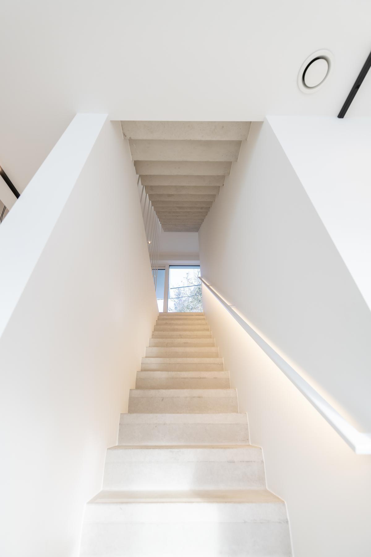 De betonnen trap in één stuk in de woning plaatsen, bleek een huzarenstukje.©Pieter Clicteur