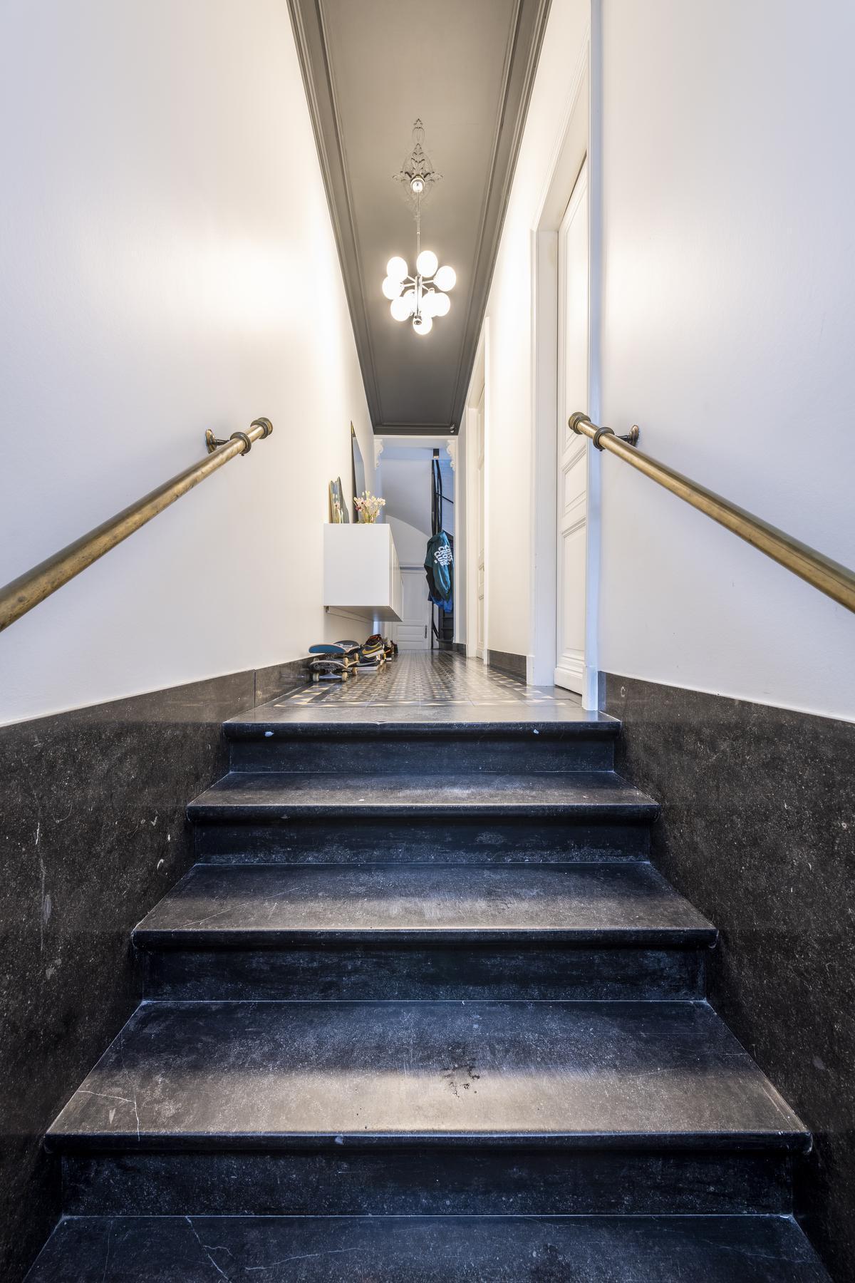 De statige marmeren trap straalt grandeur uit.© Pieter Clicteur