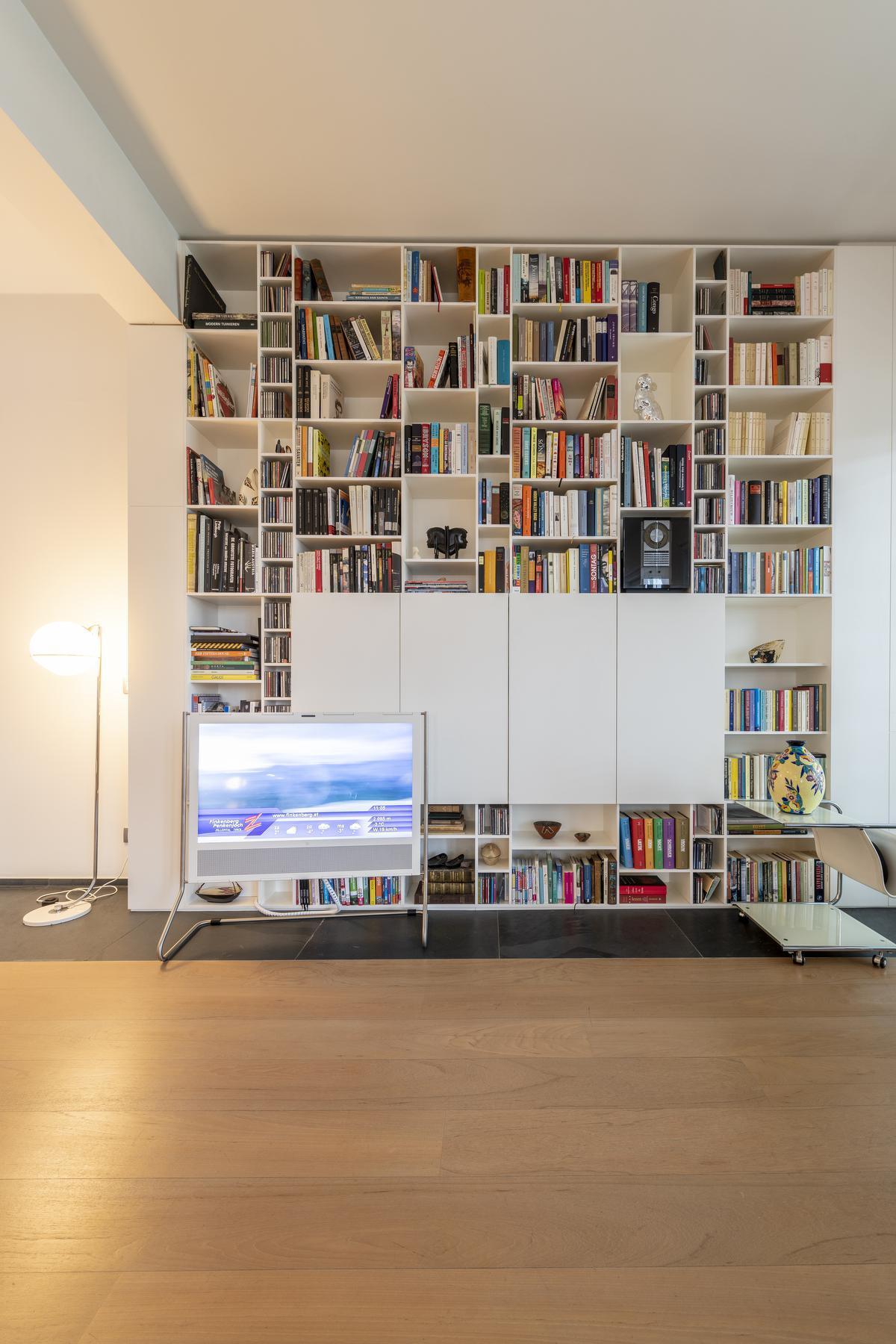 Bart, een echte boekenwurm, is bijzonder trots op zijn bibliotheek.© Pieter Clicteur