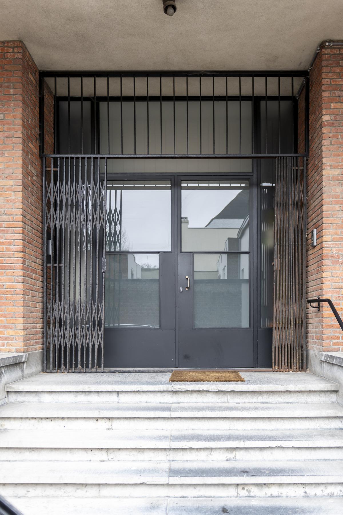 De indrukwekkende stalen voordeur geeft toegang tot twee privéwoningen in het gebouw.© Pieter Clicteur