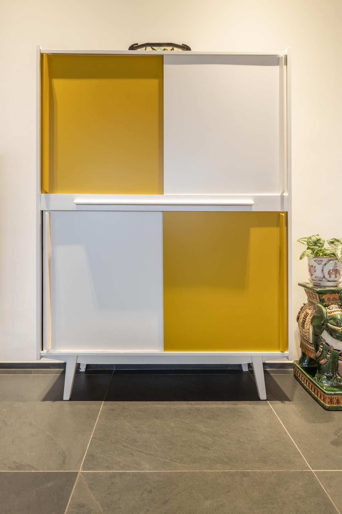 Ann gaf een kastje een vrolijke make-over in wit en geel.© Pieter Clicteur