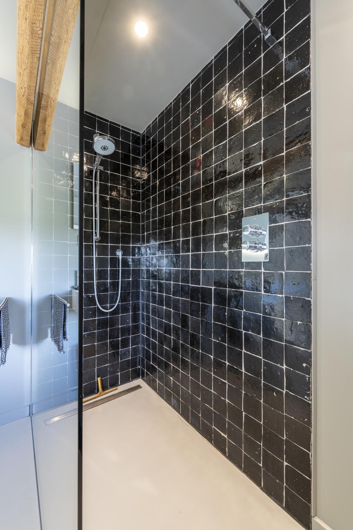 Zwarte, Marokkaanse tegeltjes in de badkamer doorbreken de strakke lijnen.©Pieter Clicteur;Pieter Clicteur