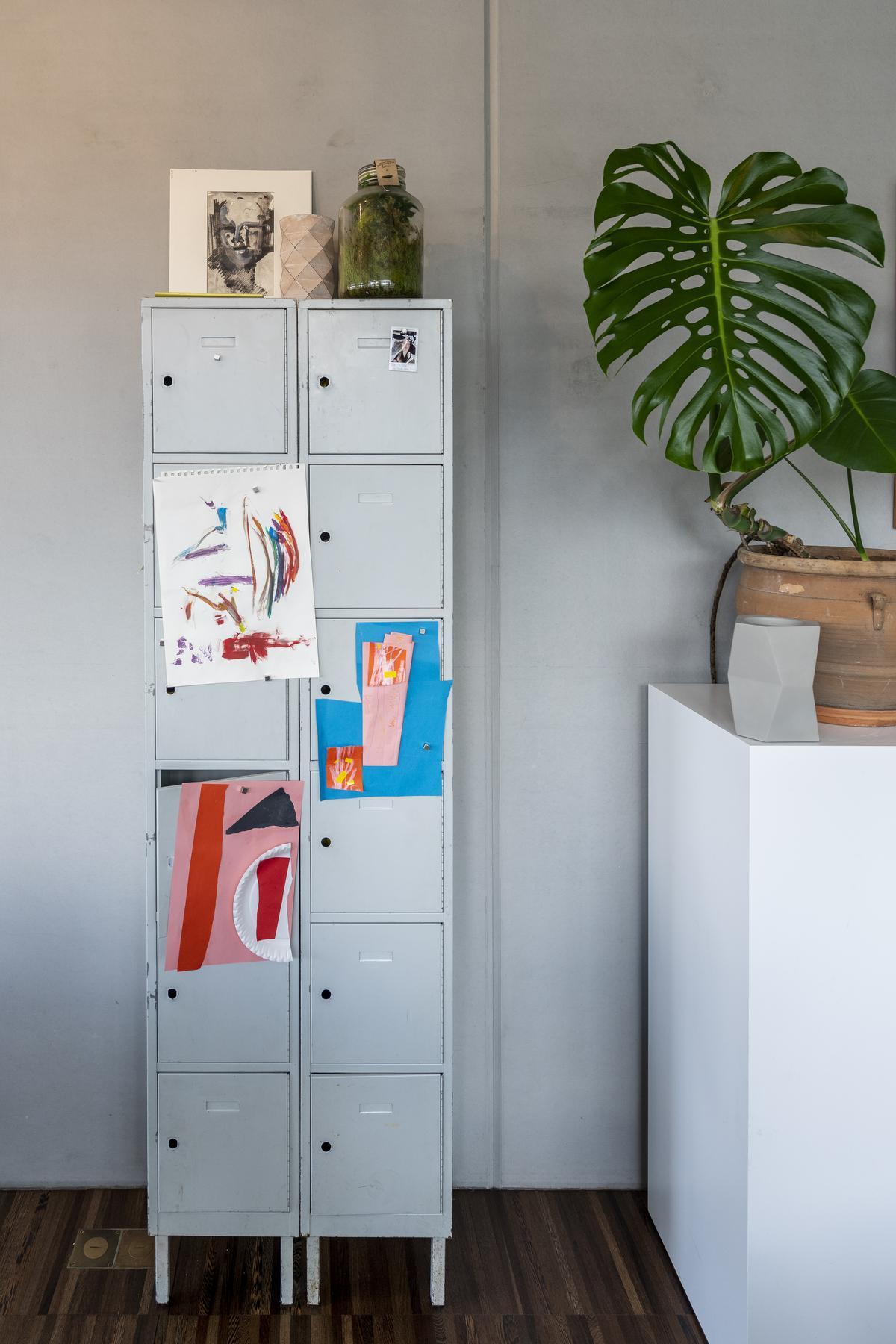 Vintage archiefkasten kregen een nieuwe bestemming als boeken- en speelgoedkast© Pieter Clicteur