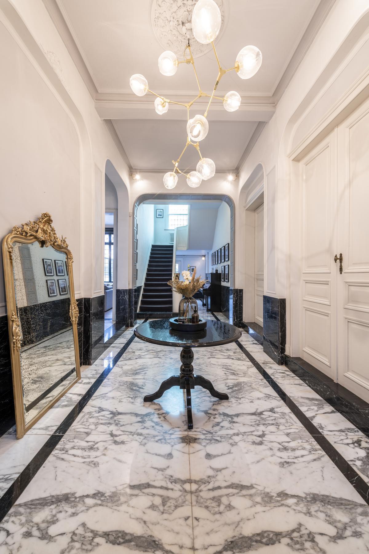 Het mag best allemaal wat weelderig zijn. Mooie marmeren vloeren en prachtig afwerkte plafonds en muren.© Pieter Clicteur