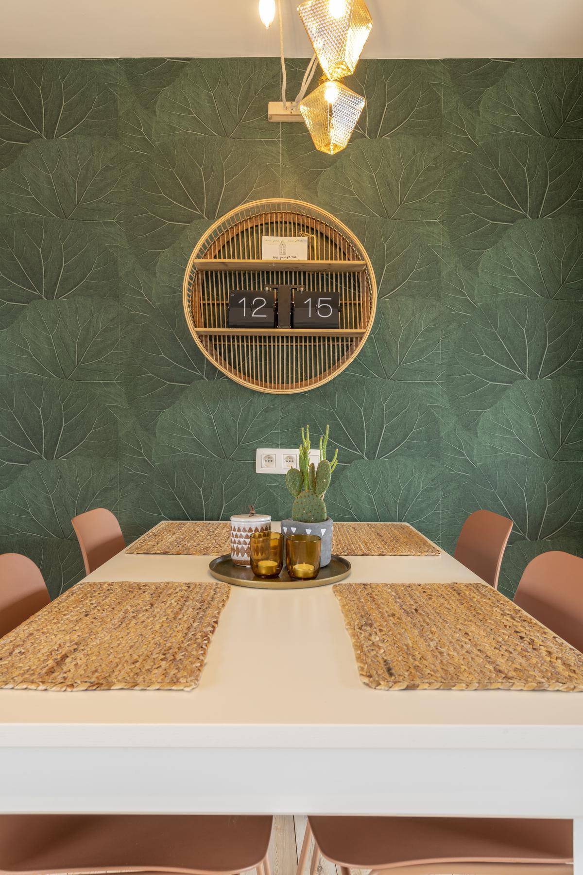 Groene accenten zoals dit botanische behang halen de natuur in huis.© Pieter Clicteur