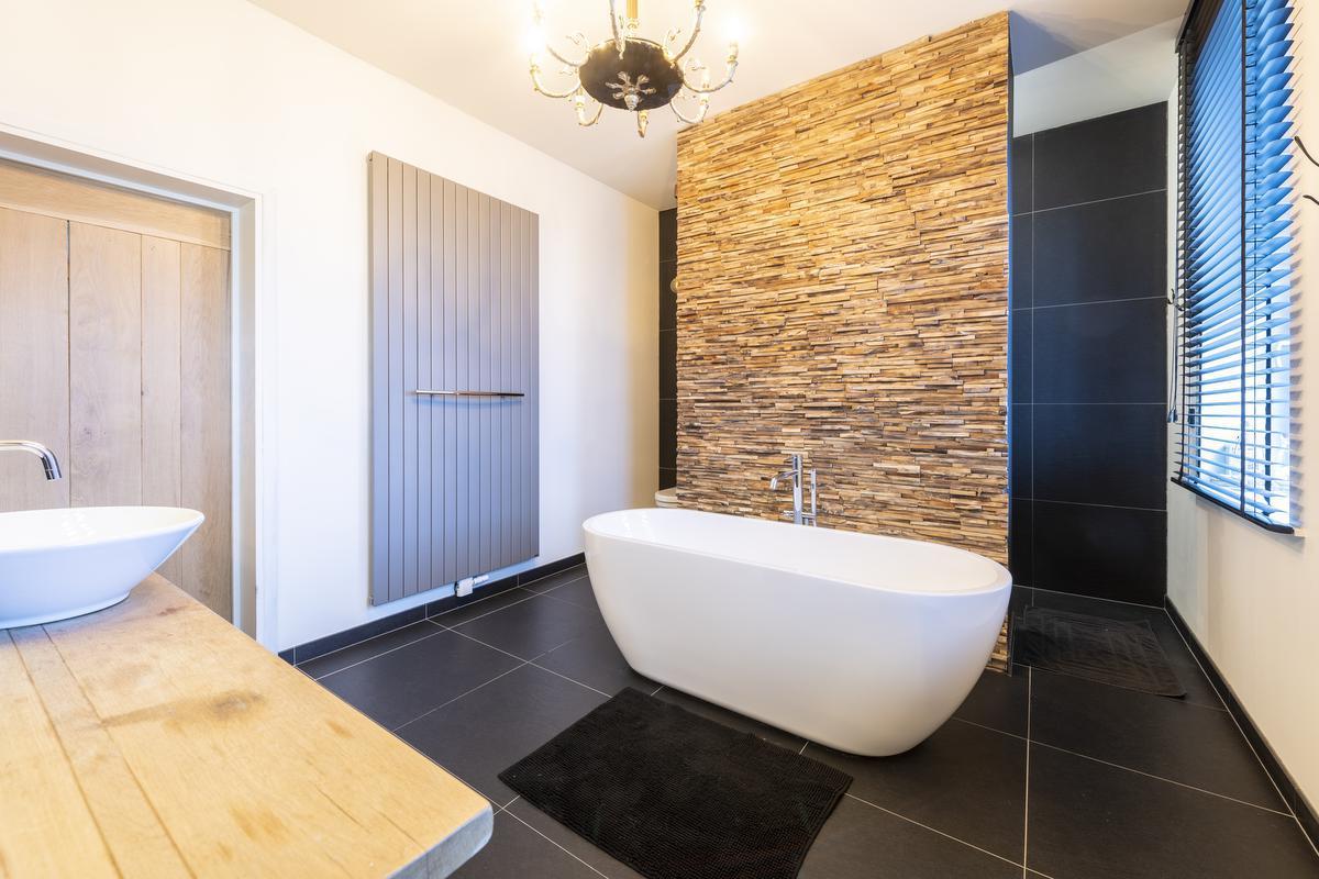 Het badkamermeubel is maatwerk van Arnes vader, naar een ontwerp van Tahnee.© Pieter Clicteur