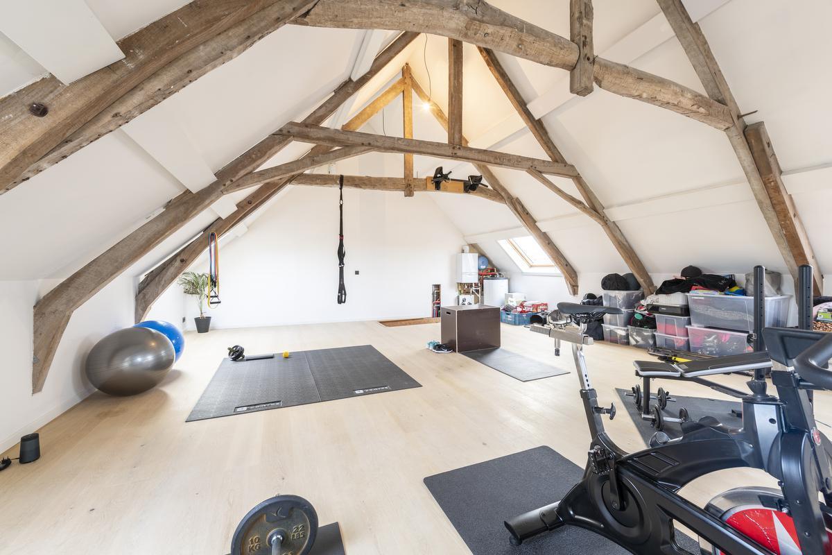 De zolderruimte is ingericht als indoorfitness, voor 's avonds of bij slecht weer.© Pieter Clicteur